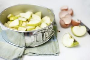 Шарлотка с карамелизированными яблоками - фото шаг 6