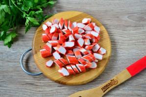 Салат с помидорами, крабовыми палочками, сыром и чесноком - фото шаг 3