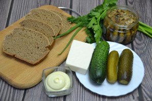 Черный хлеб со шпротами и огурцом - фото шаг 1