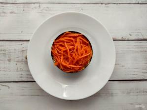 Слоеный салат с корейской морковью, курицей и грибами - фото шаг 5