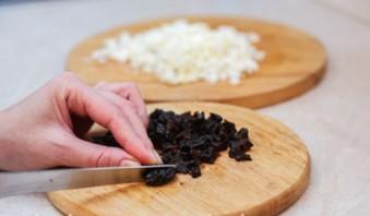 Салат со свеклой и черносливом - фото шаг 2