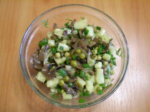 Салат с горошком и грибами - фото шаг 8