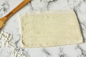Рулетики из слоеного теста с колбасой и сыром - фото шаг 5
