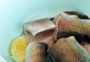 Рыба жареная с луком - фото шаг 5