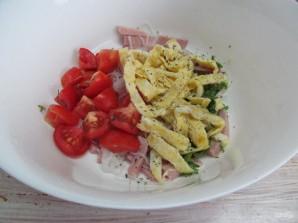 Салат с яичными блинчиками фунчозой и колбасой - фото шаг 8