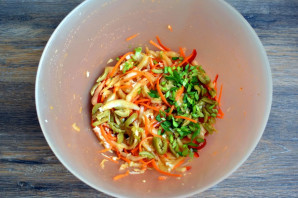 Салат с пекинской капустой и оливками - фото шаг 5
