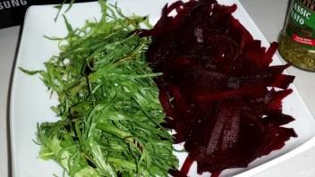 Салат из вареной свеклы с рукколой - фото шаг 3