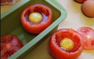 Яичница в помидорах в духовке - фото шаг 2