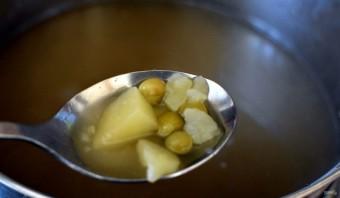 Суп с черемшой  и зеленым горошком. - фото шаг 3