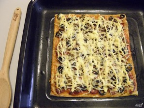 Пицца из слоеного теста в духовке - фото шаг 9