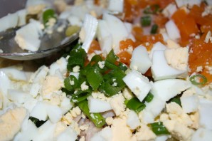 Салат с копченой курицей и сухариками - фото шаг 5
