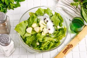 Маринованные листья салата с чесноком и уксусом - фото шаг 3