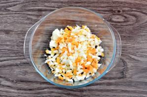 Салат с луком-пореем и яйцом - фото шаг 2