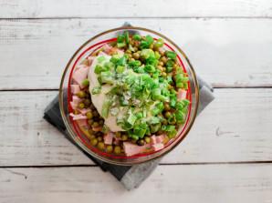 Салат из капусты, горошка и колбасы