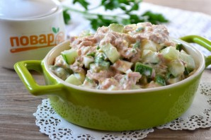 Салат с яйцом, тунцом и огурцом - фото шаг 7