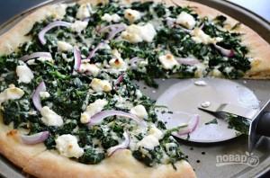 Пицца со шпинатом, луком и сыром - фото шаг 9