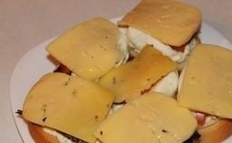 Горячий бутерброд со шпротами - фото шаг 4