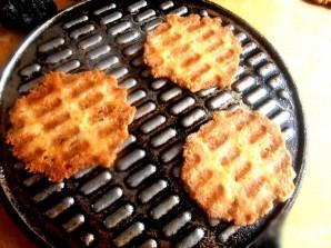 Сырные чипсы в вафельнице - фото шаг 7