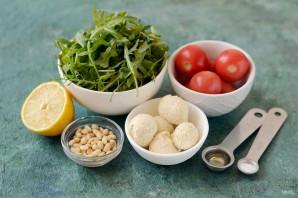 Салат с рукколой, помидорами черри и кедровыми орешками - фото шаг 1
