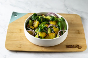 Постный салат с ананасами