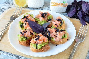 Брускетты с рыбой и авокадо - фото шаг 10