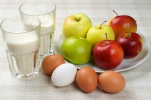 Вкусная шарлотка с яблоками - фото шаг 1