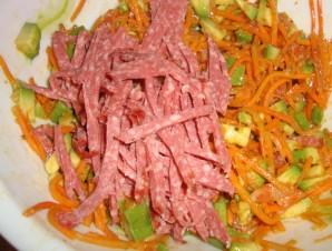 Салат с корейской морковкой и колбасой - фото шаг 2