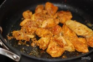 Курица тушеная в томате - фото шаг 4