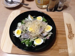 Салат из свежей зелени с сельдью и яйцами - фото шаг 7