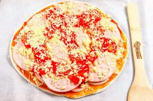 Пицца с колбасой из слоеного теста - фото шаг 6