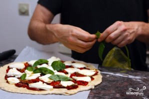 Пицца с моцареллой и базиликом - фото шаг 4