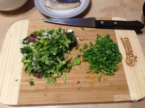 Салат из свежей зелени с сельдью и яйцами - фото шаг 2