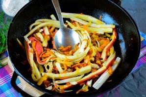 Салат с жареными крабовыми палочками - фото шаг 8