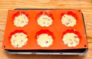 Кексы с изюмом простые в формочках - фото шаг 6