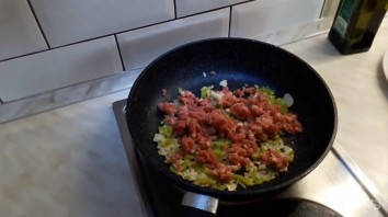 Баклажаны, фаршированные овощами, мясом и орехами - фото шаг 2
