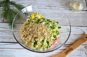 Салат с колбасой и вермишелью быстрого приготовления - фото шаг 5