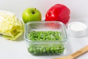 Салат с куриной грудкой и зеленым горошком - фото шаг 3