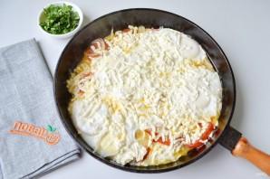 Яичница с помидорами и базиликом - фото шаг 6