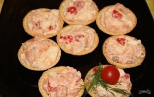 Закуска с рыбой, помидорами и сыром - фото шаг 5
