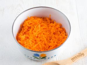 Салат с крабовыми палочками и морковью - фото шаг 2