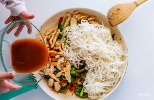 Рисовая лапша с курицей и овощами - фото шаг 5