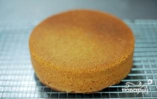 Бисквитный торт со сметанным кремом и клубникой - фото шаг 3