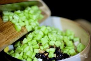 Рецепт салата из курицы с черносливом - фото шаг 6