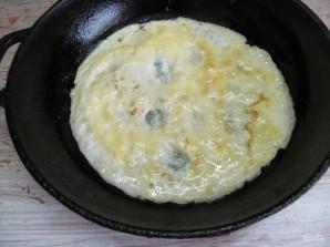Салат с яичными блинчиками фунчозой и колбасой - фото шаг 4