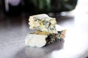 Салат с яблоком, голубым сыром и орехами - фото шаг 3