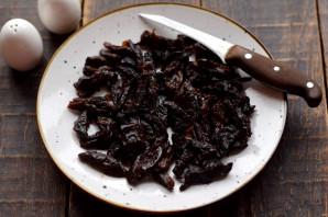 Салат с курицей, пекинской капустой и черносливом - фото шаг 5