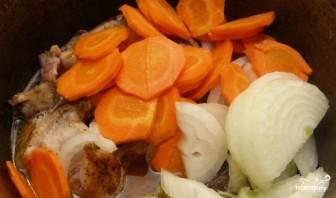 Кролик, тушенный с луком и морковью - фото шаг 4