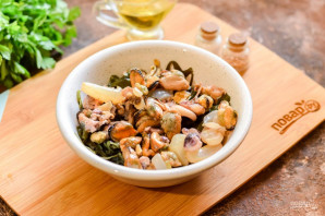 Салат из морской капусты и морского коктейля - фото шаг 3