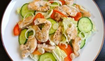 Овощной салат с куриной грудкой - фото шаг 3