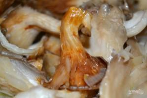 Жареные грибы с луком - фото шаг 7